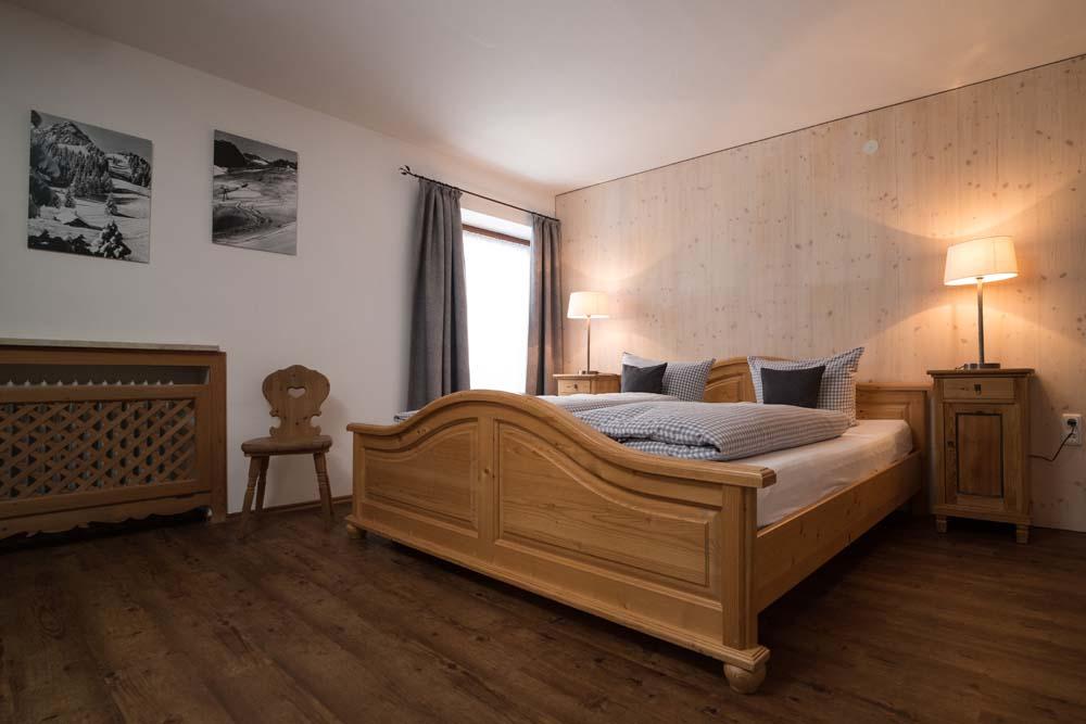 Schlafzimmer der Wohnung Nr. 2 Loisl mit Doppelbett