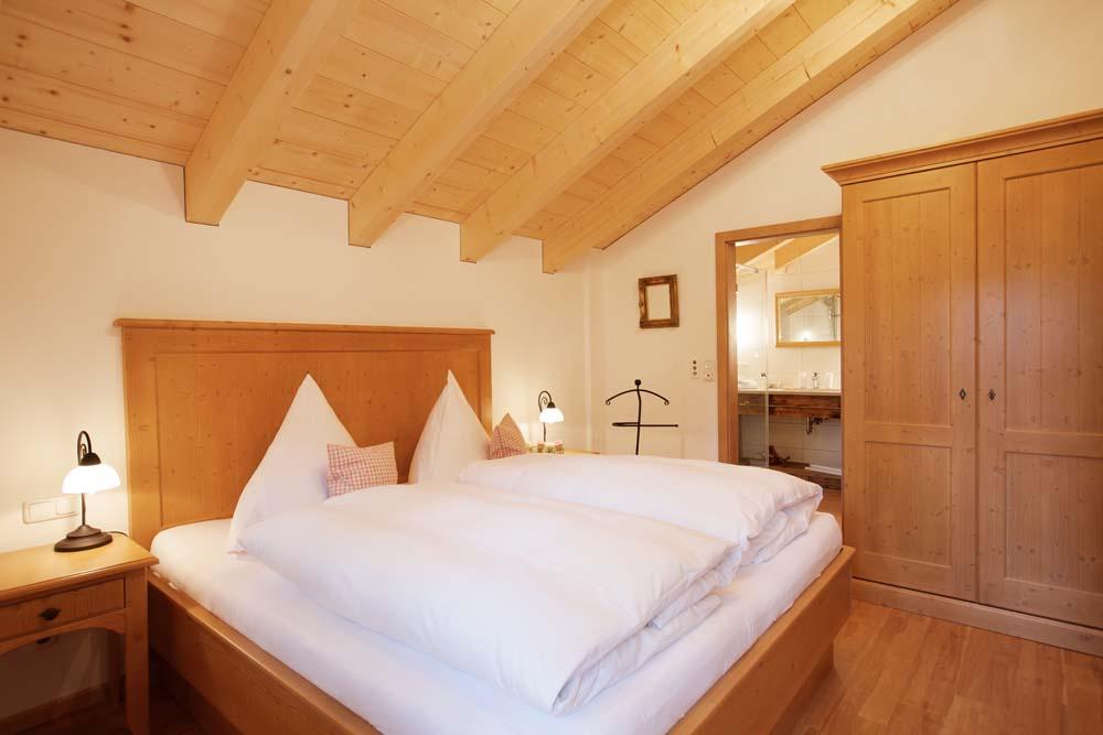 Schlafzimmer mit Schrank und Blick ins Badezimmer der Wohnung Nr. 7 Franz- Josef